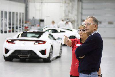"""Acceso exclusivo a la fabricación de un superauto: Acura lanza el programa """"Experiencia Privilegiada del NSX"""" dirigido a los propietarios   TORRANCE California Febrero de 2017 /PRNewswire-/ - Acura anunció hoy el lanzamiento de Experiencia Privilegiada del NSX (NSX Insider Experience) un programa personalizado concebido para que los propietarios1 del NSX vivan el proceso de fabricación de su superauto hecho a la medida. El programa les ofrece a los propietarios una gira personalizada y…"""