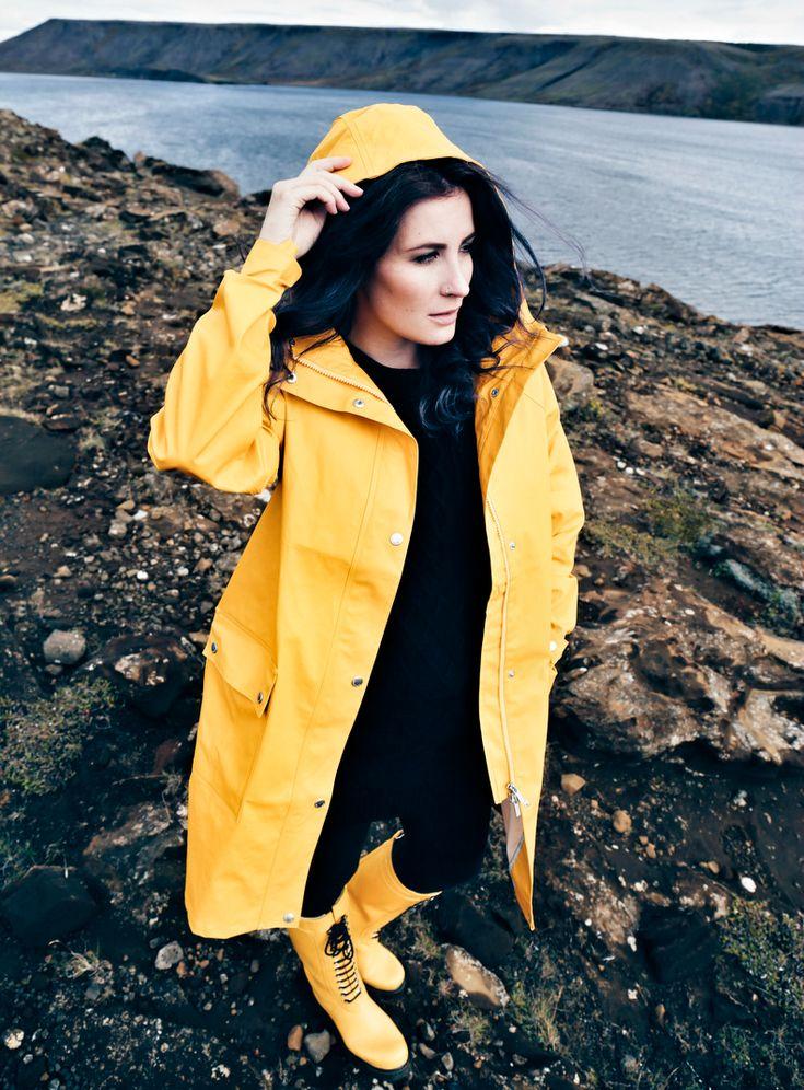 die besten 25 regenjacke ideen auf pinterest gelber regenmantel regenmantel outfit und. Black Bedroom Furniture Sets. Home Design Ideas