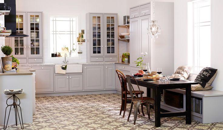 """LANTLIGA STILEN. Grått kök, """"Concept Plus"""" med luckan, """"Lindö ljusgrå"""", från Marbodal."""
