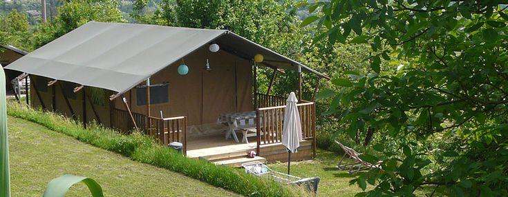 Luxe tenten / Safari-Lodgetenten / Glamping Compleet ingerichte luxe tenten Wat geeft een beter gevoel dan slapen onder de sterren en wakker worden in de natuur? De geuren van een nieuwe dag, het betoverende zonlicht dat naar binnen schijnt en de stilte van de natuur, af en toe onderbroken door de geluiden van de dierenwereld … Lees verder Lodgetenten →