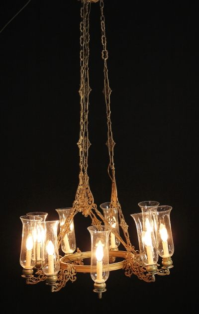 Lampadario in bronzo a corpo centrale tondo, nove bracci.