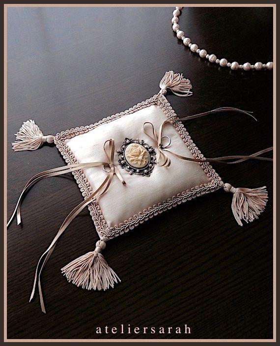 バラのカボションを飾ったタッセル付きリングピロー
