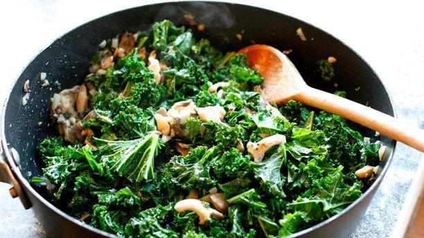 4-6 portioner  Grönkål är något av det finaste julen har att bjuda på. Nyttigt, billigt och rasande gott. Vi borde äta grönkål året runt!  ...