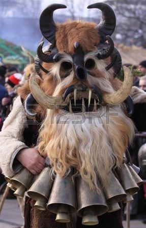 Pernik, Bulgaria - 29.01.2011: ragazzo non identificato con il costume tradizionale Kukeri sono visti al Festival Internazionale dei Giochi ...