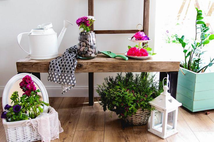 DIY proste pomysły na dekoracje z kwiatów.