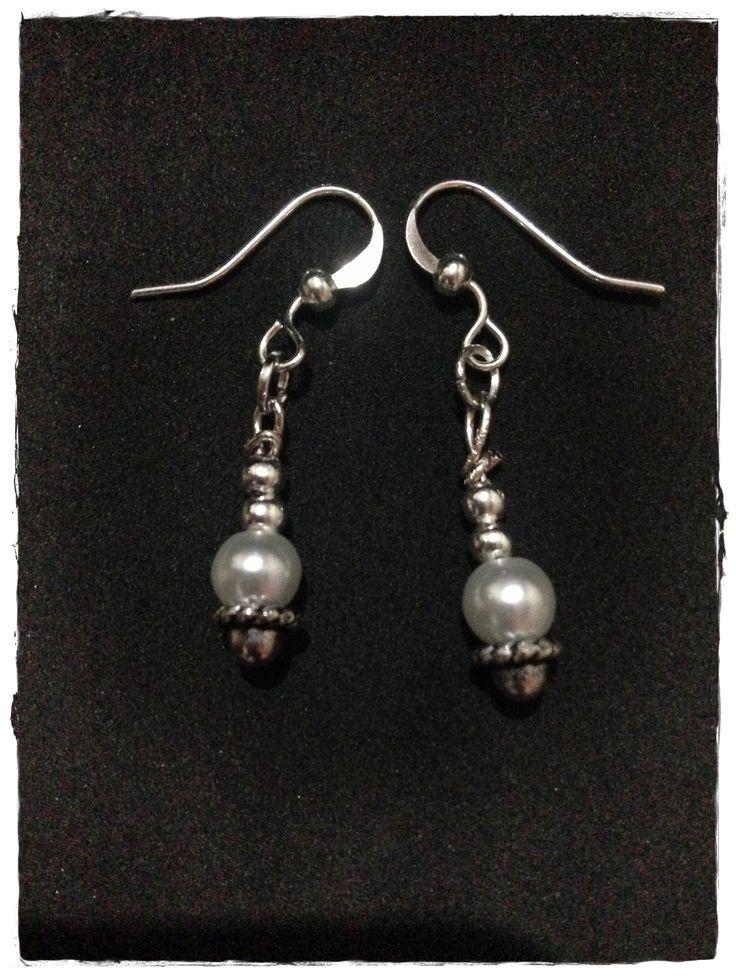 Pendientes Pearls: Son pendientes compuesto por piezas de plata( enganche de pendiente 17mm) y otros como las casquillas (parte de abajo) con baño de plata. Las perlas son de cristal.
