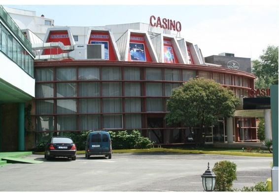 Это новое и привлекательное казино  где есть столы для американской рулетки, Блэк Джек, Карибский покер  Техасский Холдем покер и разнообразные игровые автоматы. Хорошее  настроение и приятные впечатления, отель предлагает широкий  выбор, бесплатные напитки в баре и ресторане, а также  различные розыгрыши и акции. Для VIP клиентов предоставляется  жилье за счет казино.  Право собственности на казино   выдана лицензия на азартные игры.