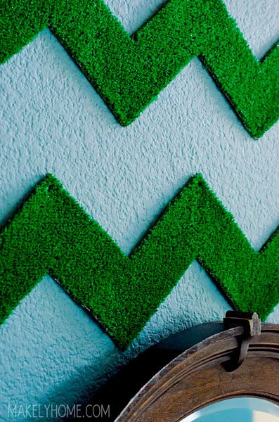 Here's an unexpected and eye catching way to use artificial grass... on your wall! Click through for the tutorial from Makely School for Girls. || @MakelyHome