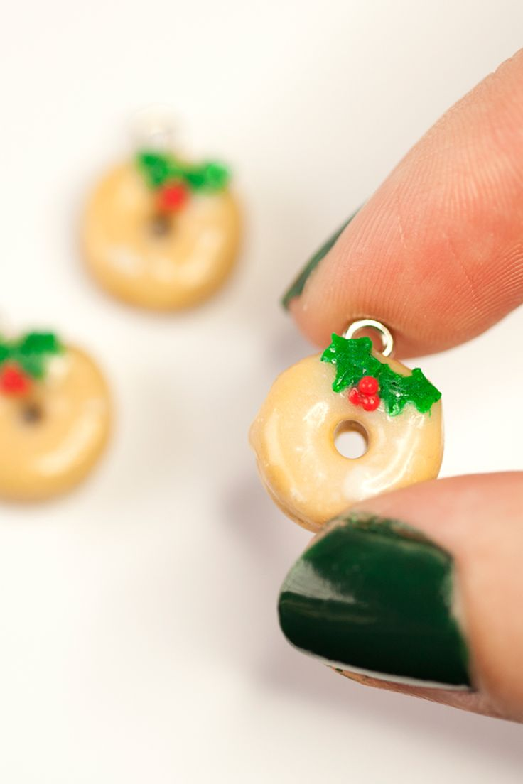 Tiny Christmas glazed doughnut necklaces are perfect for anyone with a sweet tooth. Complete with holly and berries.  Whilst unfortunately not edible (tempting as it may be) they're certain to look fantastic as part of any food lovers jewellery collection! Who doesn't love miniature food?