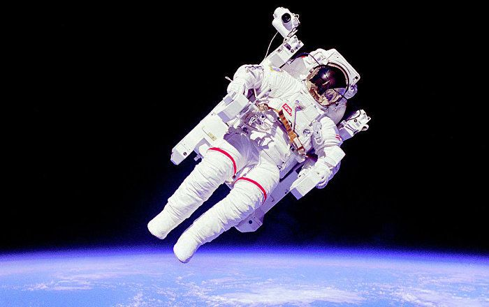 Watch The Epic Moment Late Astronaut Bruce Mccandless Flew Into