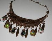 Collier ras du cou perles japonaises et plastron métal bronze style ethnique : Collier par motus-et-bouche-cousue