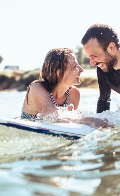 Ute etter en opplevelsesgave til det eventyrlystne paret? En surfeweekend på Jæren gir mye action og en mestringsfølelse av å kunne ri på bølgene!