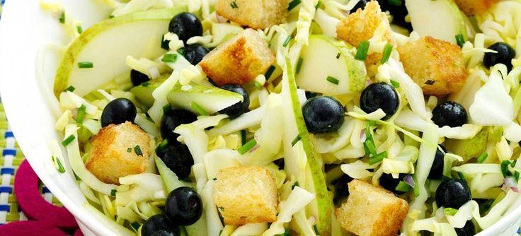 Forrygende salat, der består af spidskål, pærer og blåbær i en dressing af citron, dijon og honning samt toppet med rosmarin-croutoner- Se opskriften her.