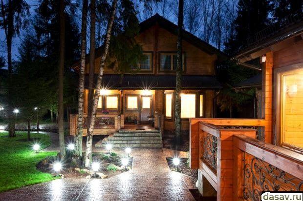 Подсветка дома, в результате освещает территорию дома в темное время суток
