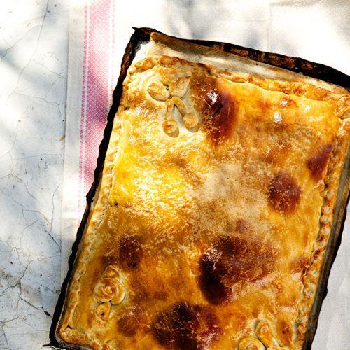 Deze quiche is een typisch gerecht van Menorca. Het is gevuld met veel soorten groente, tonijn en rozijnen.    1. Doe de olie samen met het bier, hetzout en de suiker in een kom.Mengdoor elkaar en voeg al roerende debloem toe....