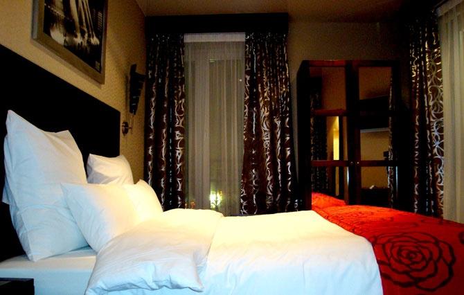 """Le Grand Hôtel Français vient d'être entièrement rénové dans une """"chaude"""" ambiance contemporaine, en utilisant des matériaux de qualité mais non ostentatoires.    La métamorphose est particulièrement réussie offrant une atmosphère relaxante et accueillante:  36 suite(s) et chambres confortables sur 6 niveaux, dans 6 ambiances """"déco"""" différentes et déclinées dans des tons coordonnés de gris métal, chocolat, prune, blanc.. Avec des accents chauds de carmin, Bordeaux, vermillon… les tissus…"""