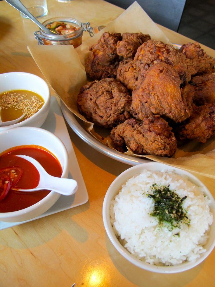 Frango frito com kimchi, arroz e molhos (mostarda e mel e chili vermelho). Kimchi é um prato coreano que consiste em vegetais picantes e fermentados) e o arroz polvilhado com furikake (um condimento japonês salgado de algas secas, flocos de peixe, sementes de gergelim).