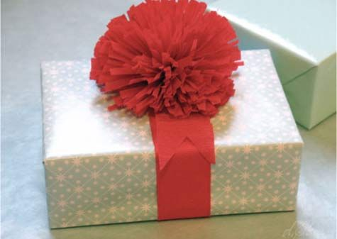 A good set of gift wrapping ideas.Holiday Gift, Gift Bows, Crepes Paper, Paper Pom Pom, Paper Flower, Gift Wraps, Paper Pompom, Crepe Paper, Wraps Ideas