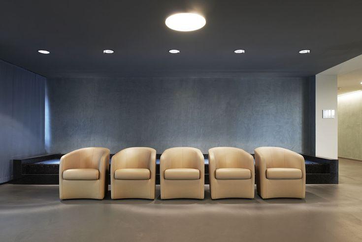 Reduziertes Design nach Kundenwunsch und harmonische Farbkombinationen sollen die Mitarbeiter einer Rehaklink motivieren und für eine produktive Arbeitsatmosphäre sorgen.