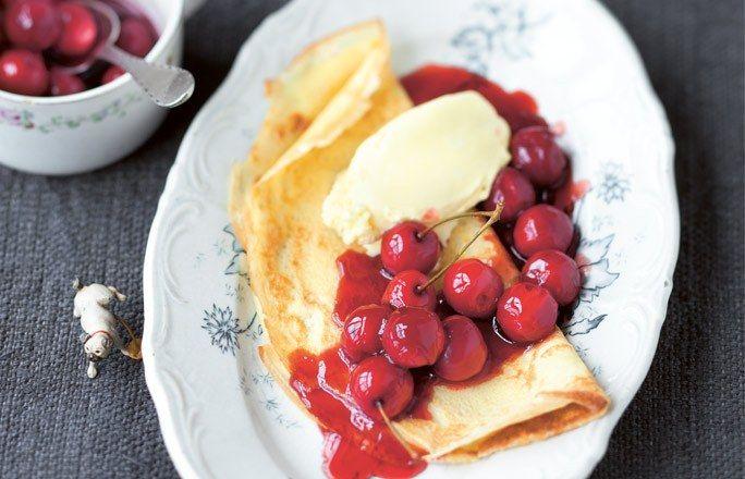 Palatschinken mit Kirschsoße und Honigeis (Sarah Wiener)
