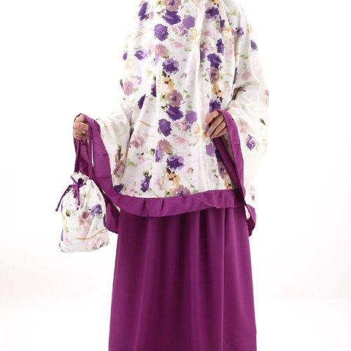 Mukena ungu yang manis dengan aneka motif bunga indah