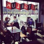 """Zoals ze zelf zeggen... """"HET GELUK is een kindvriendelijke bar waar moeders met kinderwagens even welkom zijn als vaders met kleuters op loopfietsen, grootouders met kleinkinderen of tieners met of zonder lief. Je vindt er kranten, gezonde boterhammen, verse soep, boeken en de lekkerste warme chocolademelk"""". Het geluk ligt in Het PALEIS in Antwerpen. Dit is een theater voor kinderen en jongeren. Een mooie plek midden in de binnenstad van Antwerpen. Kijk ook even wat voor voorstellingen e..."""