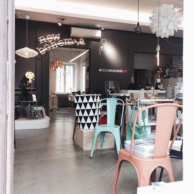 Tervetuloa Design Boulevardille! Tolix tuolit, Ferm Living kangas kori, Norm69 valaisin, Shayk valisin. #designboulevard #tolix #fermliving #newbohemia #interiordesign #designshop #tamperedesign #tampere #hatanpäänvaltatie #shopdesign #darkwall