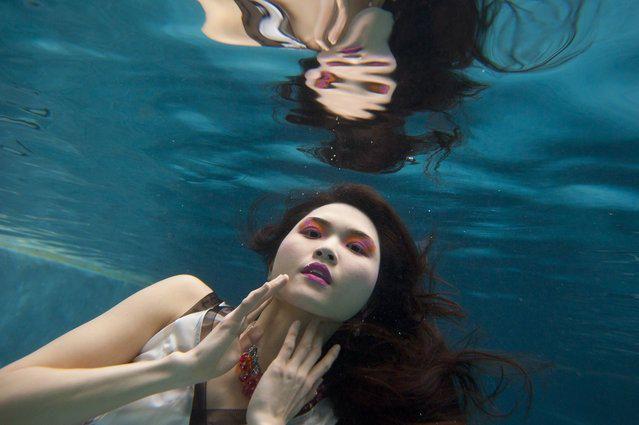 Подводные модные фотографии, появившиеся в мае 2014 в журнале Сан, были сняты фотографом Ллойдом Фоксом в бассейне дома Мери Кей и Чака Набита. Стиль от репортера журнала Сан Джон-Джона Уильямса IV, а арт-директором съемки был художественный редактор журнала Линн Адамс.