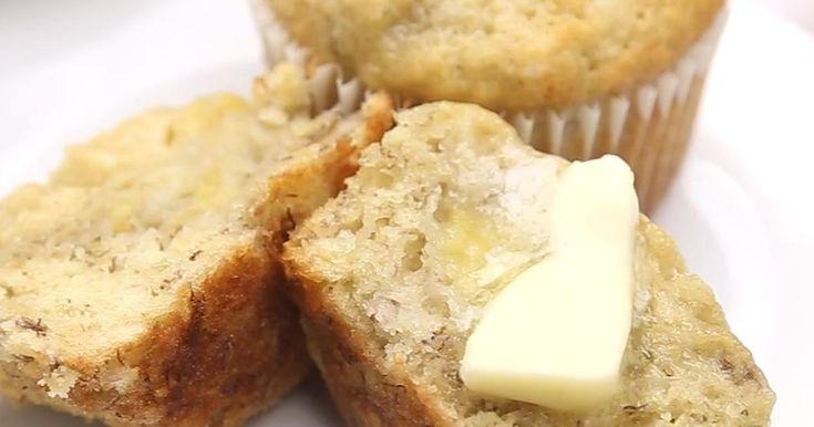 Les muffins aux bananes sont la pâtisserie réconfort par excellence et cette recette est assurément la meilleure et la plus moelleuse !