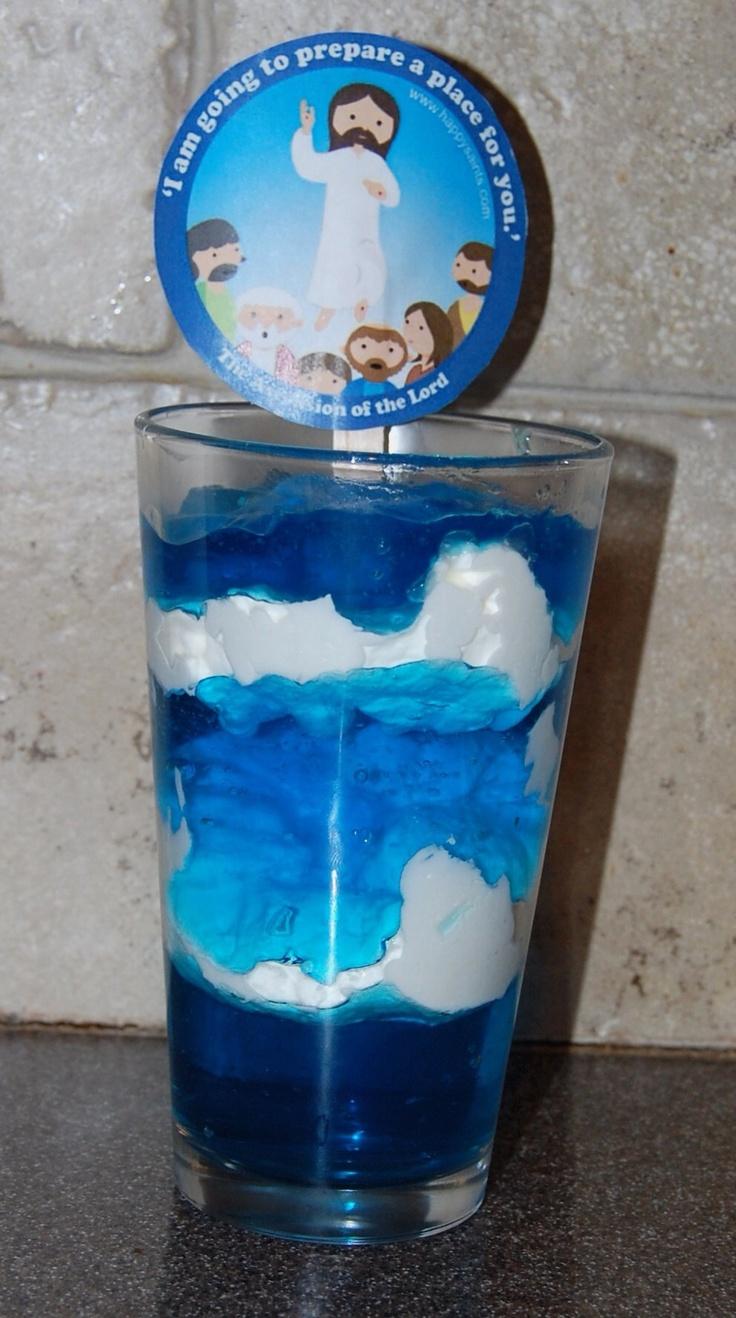 Vul een glas met witte slagroom en blauwig ijs of iets dergelijks. Een heerlijk Hemelvaartstoetje!