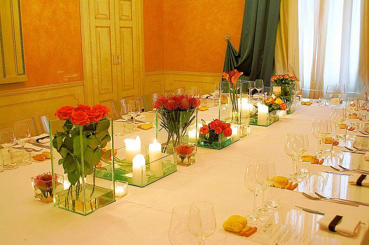 Allestimento floreale per il pranzo di nozze all'interno della villa. Fiori utilizzati: zantedeschia, gerbere, rose, strelitzia, ptotea,