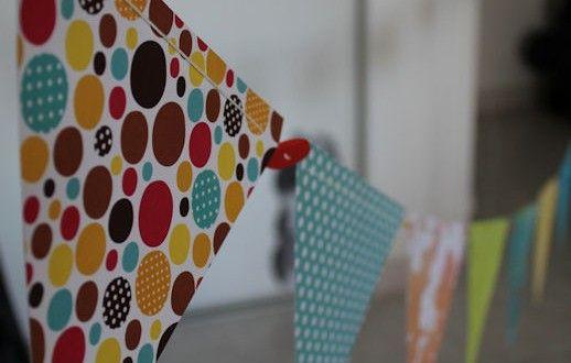 Tuto / DIY pour réaliser vous même et sans couture, donc très facilement, une guirlande de fanions idéale pour la chambre de bébé !