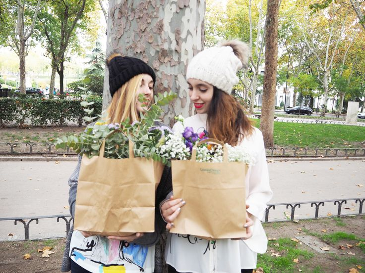 Nuestras bolsas florales tanto naturales como preservadas han gustado tanto que han llegado a ser fotografiadas para catálogos de moda #bolsasflorales #arreglosflorales #original #regalos #diseloconflores #preservado #natural #flores #detallesqueenamoran #leavesdesign #moda #tendencias #fotografia