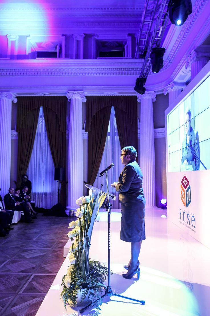 """""""Setki tysięcy nawiązanych partnerstw, tysiące przeszkolonych nauczycieli i pracowników młodzieżowych, dziesiątki tysięcy młodych ludzi, dla których udział w programach zarządzanych przez FRSE stanowił nierzadko pierwsze doświadczenie wyjazdu za granicę i konfrontacji z obcą kulturą - to wszystko możliwe było dzięki skuteczności Fundacji, która od początku swojej działalności efektywnie przekazywała środki unijne do polskich beneficjentów."""" [Krystyna Szumilas, Minister Edukacji Narodowej]"""