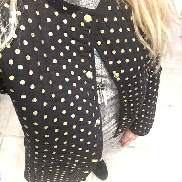 Fineste quiltede jakke fra Storm&Marie @stormandmarie #stormandmarie #quiltetjakke #gold #dots #findesogsåihvidmedguld