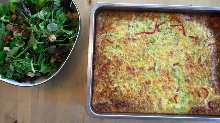 Omelett med røkelaks og grønnsaker i langpanne