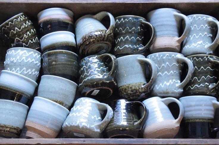 静岡の伊東で作陶されている『齊藤十郎』さんの湯飲みとマグカップ。大ぶりでたっぷり飲めるサイズ感が魅力です。イッチンや灰釉など個性豊かなバリエーションの中からお気に入りの1点を見つけて下さい。陶器の品物はこれ以外にも『山田洋次』さんや『小島鉄平』さんなどのスリップウェアもお持ちします。<取扱|MARKUS>