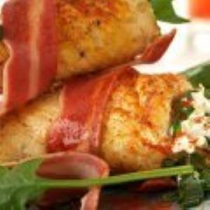 Rollos de Pollo Rellenos de Espinaca con Queso Crema y Tocino