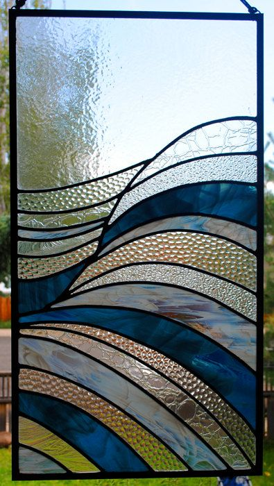 LART : 33 de hauteur par 18 de large.  Crochets sont inclus pour accrocher.  LART : Robert conçu cette fenêtre de belles vagues. La simplicité avec la combinaison de textures permet un collage abstrait de texture.  LES ARTISTES : Sur les artistes : Robert Neely et Linda Hiatt-Neely ont baccalauréat en beaux-arts et ont été la conception de vitraux cadeaux et fenêtres pendant 23 ans. Linda a reçu son diplôme de maîtrise en 2011 de Lesley lUniversité de Cambridge. Certains de nos clients vont…