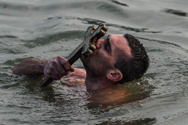 Στην ακτή του Κερατίου Κόλπου, σε σημείο που απέχει ελάχιστα από το Οικουμενικό Πατριαρχείο στο Φανάρι,τελέστηκε ο Αγιασμός των Υδάτων υπό τον Οικουμενικό Πατριάρχη Βαρθολομαίο. Το σταυρό ανέσυρε ο 29χρονος γυμναστής Νικόλαος Σολής από το Αγρίνιο. @OZAN KOSE / AFP