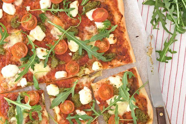 Pizza met geitenkaas en pesto