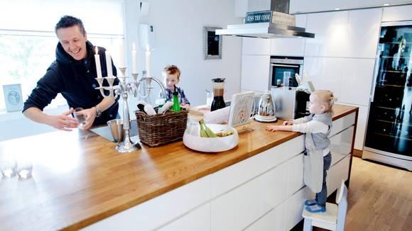 Den store kjøkkenøya er sentrum hjemme på kjøkkenet til kokk Fabian Lübbe Løvseth. Oliver (5) og Josefine (3) er tidlig hjemme fra barnehagen for å lage smoothies med pappa.