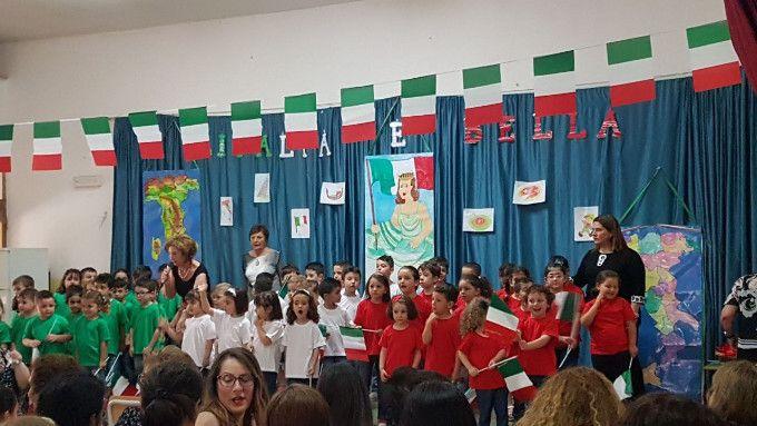 Fine anno scolastico: L'Italia è bella della scuola dell'infanzia Don Alessandro Vitetti - I bambini delle tre sezioni 3-4 e 5 anni si sono riuniti esibendosi tra canti, balli e poesie indossando magliette di colore rosso, bianche e verdi, formando così la bandiera  italiana  - http://www.ilcirotano.it/2017/06/16/fine-anno-scolastico-litalia-e-bella-della-scuola-dellinfanzia-don-alessandro-vitetti/