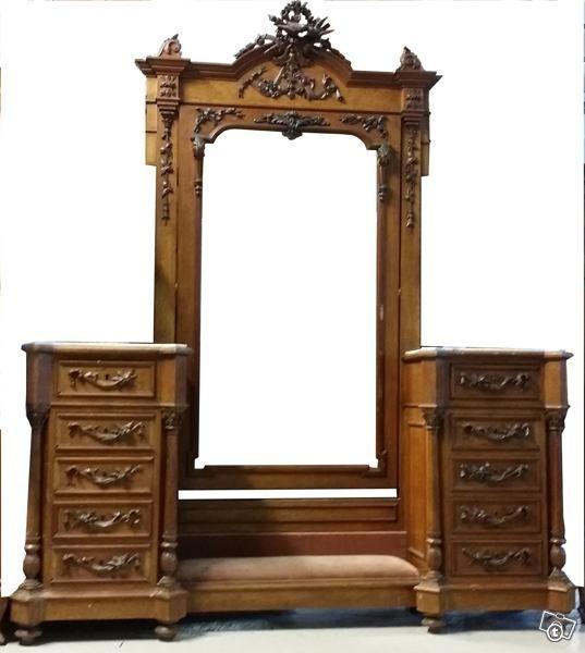 Upea ja täynnä yksityiskohtia oleva ranskalainen renesanssi- peilipiironki. Valmistettu 1800-luvun lopulla pähkinäpuusta. Piirongissa vaaleat kivitasot ja runsaasti laatikkoja. Peilin alapuolella irrotettava, uudelleen verhoiltava pehmuste. Peilissä ...
