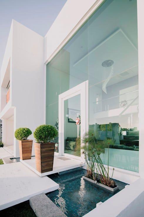 Espelho d´agua no acesso Casas minimalistas por Rafael Grantham - casas minimalistas