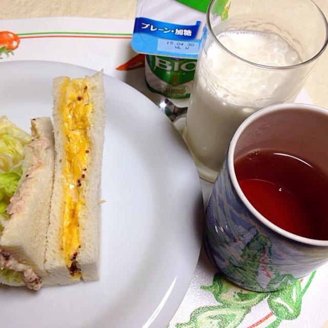 20150423朝食。ツナとレタスのサンドと、関西風の卵サンド。バナナオレ。ダージリン。ヨーグルト。 - 10件のもぐもぐ - サンドイッチ by Keiko Morita