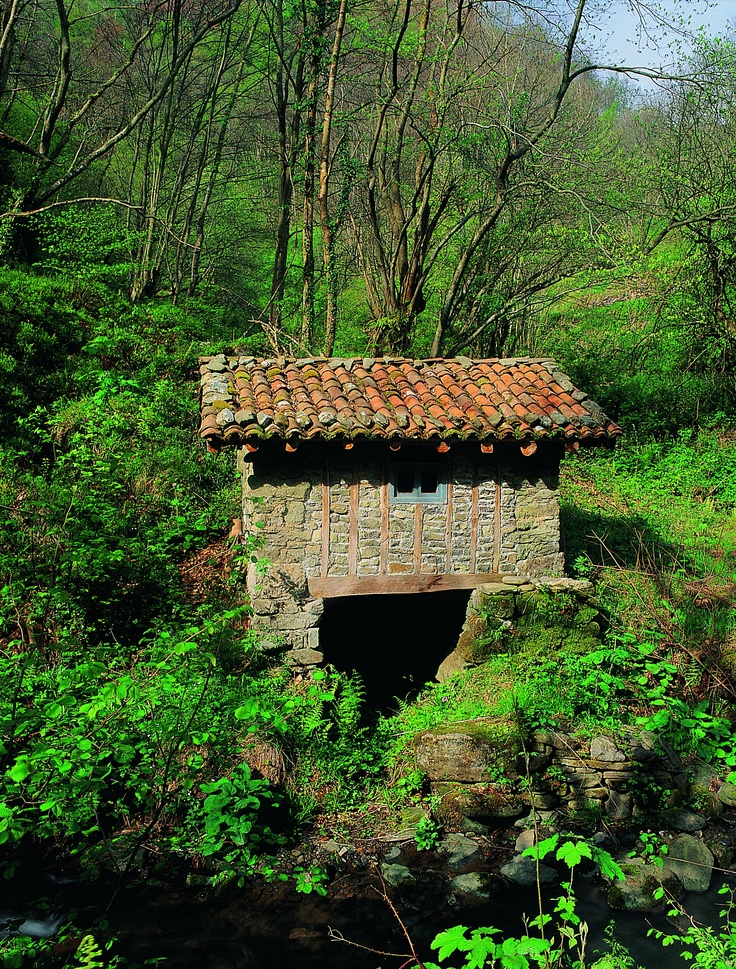 En el municipio de Lena, Asturias, en el norte de España, encontramos construcciones utilizadas en oficios tradicionales y que actualmente se conservan para uso turístico. // In Lena council, Asturias, in the north of Spain, we find constructions used in traditional trades and nowadays preserved for tourist use