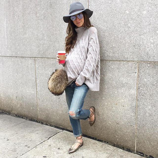 Идея: свободный свитер, джинсы (шляпа или шапочка с пумпоном)