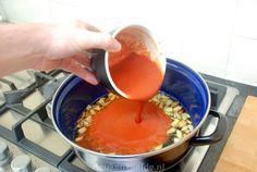 Deze tomatensaus is een typisch voorbeeld van Italiaanse eenvoud. Na het proeven ervan zul je verbaasd zijn, dat deze creatie gemaakt is met zo weinig ingrediënten.Je kunt de saus direct gebruiken voor over de spaghetti met wat verse basilicum en Parmezaan - de absolute favoriet van onze dochter! -, of invriezen en later gebruiken. Wanneer…