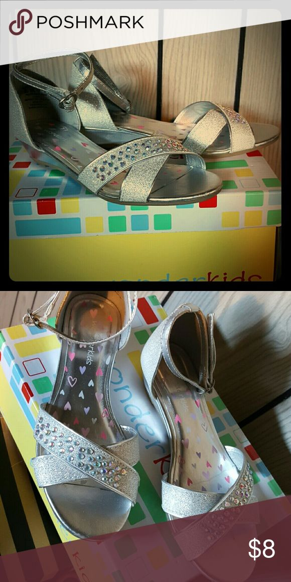 Silver Dress Shoes Girls Sz 1 Sparkly silver shoes with rhinestones and criss-cross straps. wonder kids Shoes